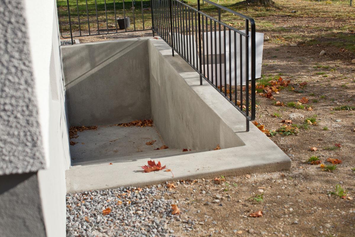 Renoverad betongtrappa - Handskurat ytskikt på källartrappa av betong