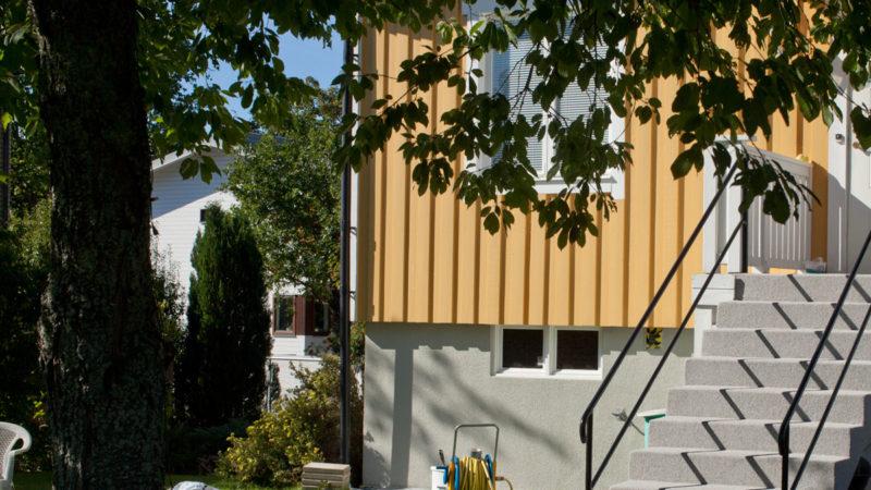 Målad och färgflagad husgrund åtgärdad i Älvsjö