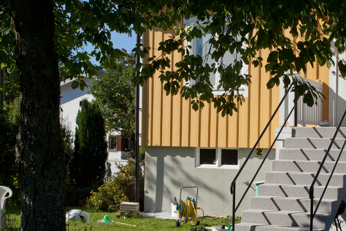 Målad husgrund renoverad och åtgärdad med sockelputs